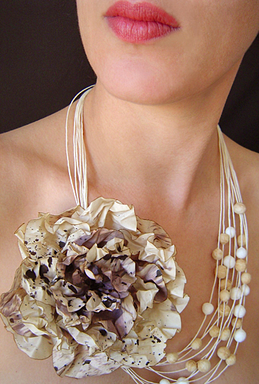 BEGONA RENTERO: Necklace Flower for O'Keefe, beige
